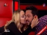 O Ses Türkiye'de Samimi Hareketler.. Hadise'den Murat Boz'a Öpücük İzle