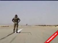 Adamın üzerinden F16 geçiyor