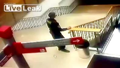 Temizlik arabasıyla merdivenlerden uçtu