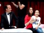 arkadasim hosgeldin - 8 Mayıs Arkadaşım Hoşgeldin Son Bölüm - Yeni Evli Skeci Yatak Sahnesi izleyenleri Güldürdü