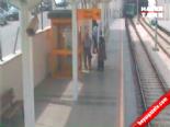 Bir anda tramvayın önüne atladı!  online video izle