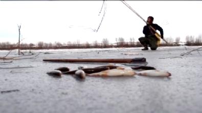 Donan Gölde 'Eskimo Usulü' Balık Avlamak!