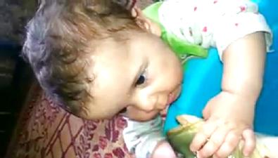 Sazan balığı ile bebek böyle öpüşüyor