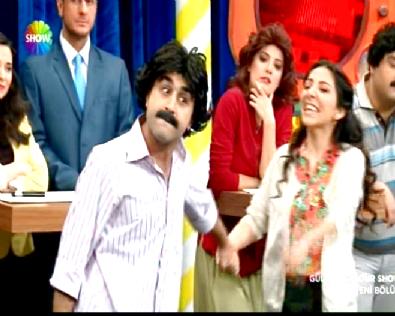 Güldür Güldür Show - Bilal ve Mehtap Ben Bilmem Eşim Bilir Skecinde Çoşturdu