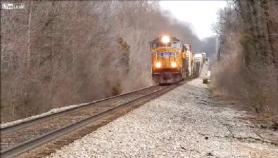 Yük treni arabayı biçti: 2 ölü