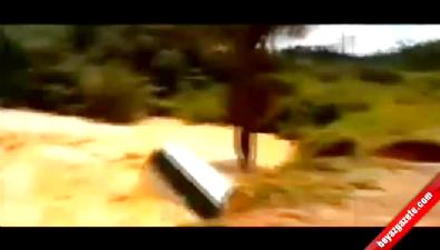 Brezilya'da dev çukur otobüsü yuttu