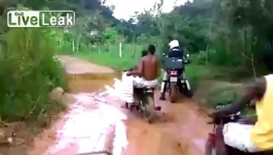 Sudan korkan motosiklet sürücüsü böyle rezil oldu