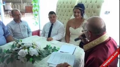 Down sendromlu oğlunu doğum gününde temsili olarak öğretmeniyle evlendirdi