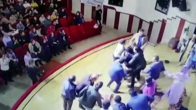 Tiyatrocuya sahnede darp - TOKAT