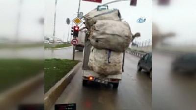 Aşırı yüklü kamyonet kazaya davetiye çıkardı