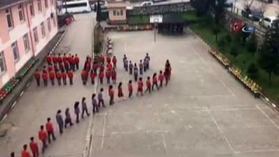 """Düzce'de öğrenciler okul bahçesinde """"Zeytin Dalı"""" yazdı İzle"""