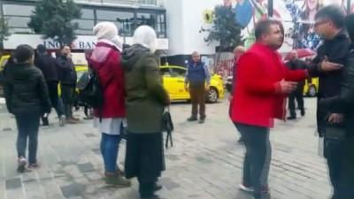 İranlı aileden fazla ücret istediğini iddia ettikleri taksiciye dayak İzle