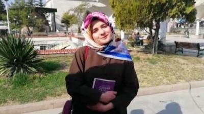 Üniversite öğrencileri yol ortasında kitap okudu