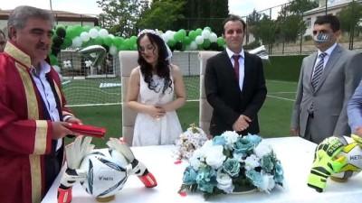 Kaleci antrenörünün nikahı böyle olur