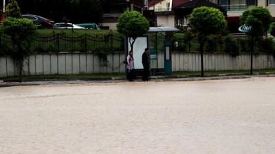 Kütahya'da aniden bastıran sağanak yağış sele neden oldu