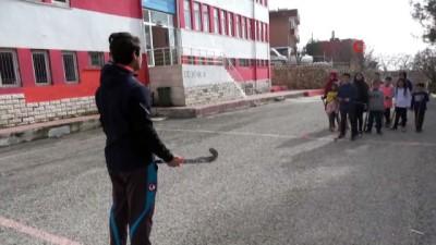 Asfaltta hokey öğrenip şampiyonaya gidiyorlar