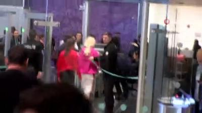 Ünlü şarkıcı Aleyna Tilki, havalimanında güvenlik görevlisi ve yolcuyla tartıştı, uçağı kaçırdı